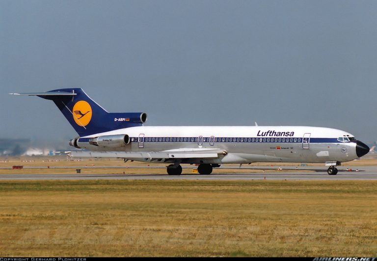 Boeing 727 LUFTHANSA 1/25th Scale Solid Model with Landing Gear