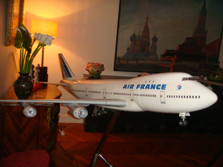 Boeing 747-100 Combi AIR FRANCE New Colors 1/32nd Scale Cutaway Model with Landing Gear